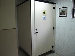 廁所盥洗室:受限於既有結構空間狹窄無法有足夠空間設置迴轉空間,輔以簡易扶手及求救鈴(門上無障礙標章)