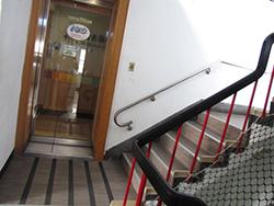 樓梯:樓梯加裝扶手、防護網及警示帶(二)
