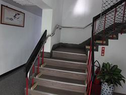 樓梯:樓梯加裝扶手、防護網及警示帶(一)