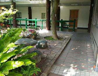 室內通路走廊:獻堂館通往廣播大樓階梯設置斜坡道