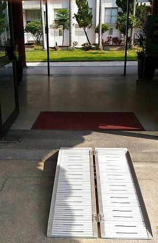 避難層出入口:設置斜坡,駐衛警24小時專人服務